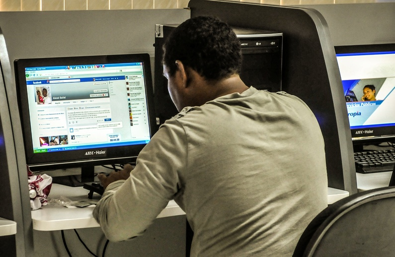 A Cuban citizen checks Facebook at a cyber place in Havana on June 4, 2013. The government opened today 118 places with full internet access in 334 computers with a cost of 4,50 dollars per hour. This is the first time that Cubans have full access to internet.   AFP PHOTO/str