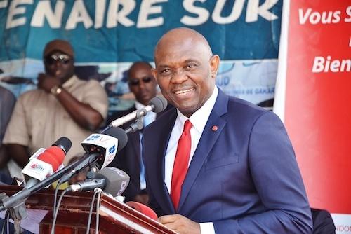 Tony O. Elumelu au micro, à Dakar
