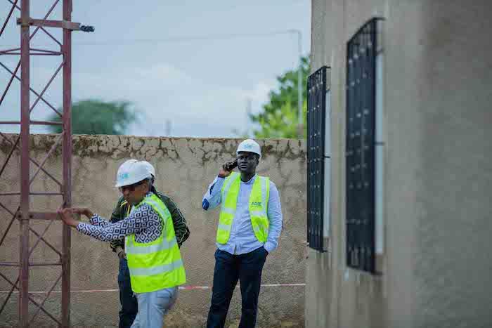 Cheikh Bakhoum en compagnie d'experts de Huawei et de l'Adie pour le projet large Bande