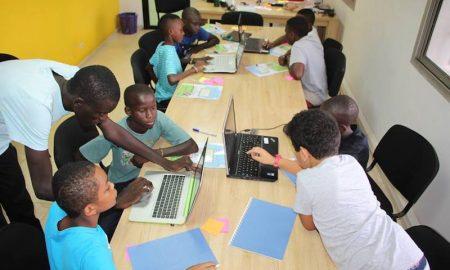 Des enfants apprenant la programmation informatique à Jokkokids