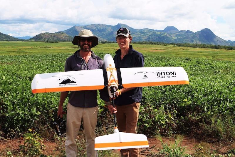 Les deux Sud-africains fondateurs de 3Drone Mapping, Luke Wijnberg et Chris Williams, lors d'une mission pour couvrir des terrains agricoles avec leur drone en Ouganda du nord.
