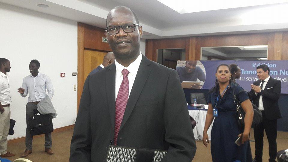 """La promotion de l'industrie numérique est l'un des objectifs phares du projet """"Sénégal Numérique''. C'est pourquoi l'Etat du Sénégal compte beaucoup investir dans ce domaine. Ceci  à travers un  programme  dénommé « Start-up Sénégal » qui sera lancé  très prochainement et dont la vision est  de faire du Sénégal une destination privilégiée des porteurs de projets numériques innovants à travers le monde pour mieux bénéficier du transfert de compétences et développer la créativité et les capacités au niveau local.  Lire aussi l'article: Plus de 1300 milliards de FCFA seront investis dans la stratégie """"Sénégal Numérique 2016-2025""""  La révélation a été faite par Malick Ndiaye Directeur de Cabinet du Ministre des télécommunications à l'occasion du lancement de la troisième édition  du prix de l'innovation numérique organisé par Tigo en collaboration avec l'ONG Reach for change et Facebook.  """"Nous avons compris que l'industrie numérique nationale a besoin d'un soutien pour être compétitif, particulièrement les jeunes entrepreneurs. Un des axes importants de notre feuille de route dans le domaine du numérique est « La promotion d'une industrie du numérique innovante et créatrice de valeur """" a expliqué monsieur Ndiaye dans son discours. Ce ambitieux projet ne se fera  pas sans  le soutien des  grandes compagnies et des  acteurs  du secteur.  Parce que pour le DC , la mise en œuvre des projets de la stratégie « Sénégal numérique » nécessite l'implication de tous. """"Vous serez sollicités pour apporter votre contribution à travers des rencontres qui vont se poursuivre avec sous peu, la formulation de la lettre de politique sectorielle et une réflexion sur la définition de l'architecture du futur Parc de technologies numériques de Diamniadio"""" poursuit Malick Ndiaye qui informe pour la même occasion que  l'équipe chargée de sa mise en œuvre compte organiser, dans les prochains jours, un focus group avec les innovateurs numériques pour recueillir vos besoins et préoccupations.""""  To"""