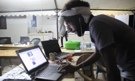 Un étudiant devant son PC