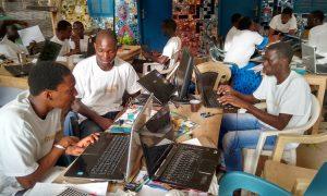 Un groupe d'étudiant en reflexion pour le hackathon Agrihack