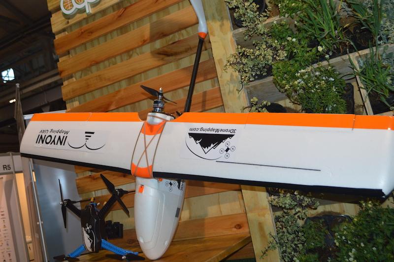 L'Unmanned Ariel Vehicle (UAV), plus communément appelé drone, est un avion sans pilote piloté par télécommande ou ordinateur de bord, qui peut aider les exploitations agricoles à gérer les terres et à prévenir les épidémies.