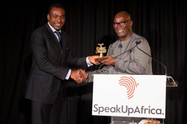 Mr Kabirou Mbodje, PDG de Wari recevant son prix