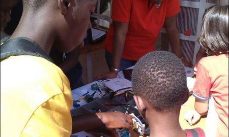 Espace Topatoo avec un groupe d'enfants fabricants de jouets