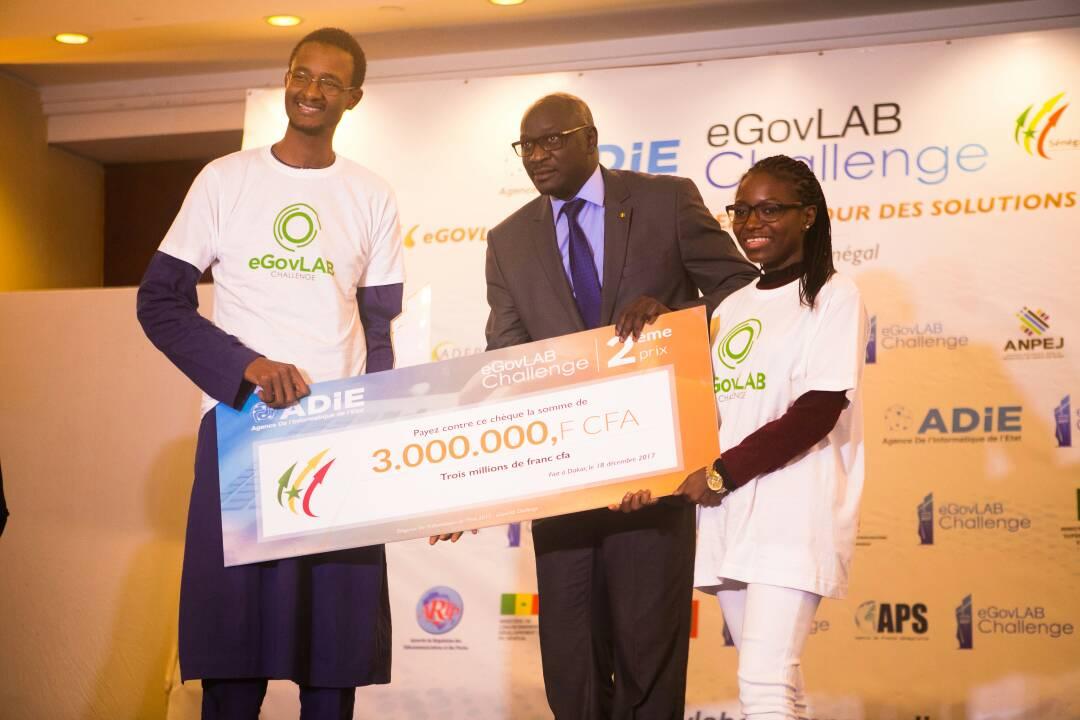 L'équipe Andu By Volkeno recevant son prix des mains de Monsieur Mamadou Diop représentant le ministre de la Fonction Publique