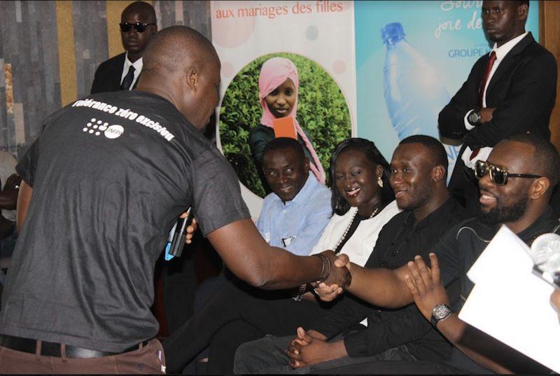 Mandiaye Petit Badji de Parole aux jeunes expliquant les objectifs de la campagne Touchepasamasoeur avec Maitre Gims