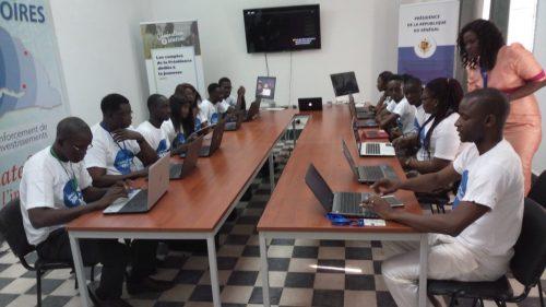 l'équipe de jeunes lors du lancement de l'Espace Numérique Mobile dédié à la présidence