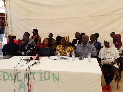 Madame Awa Ndiaye Présidente de la CDP en compagnie du corps professoral du lycée Galandou Dioiuf