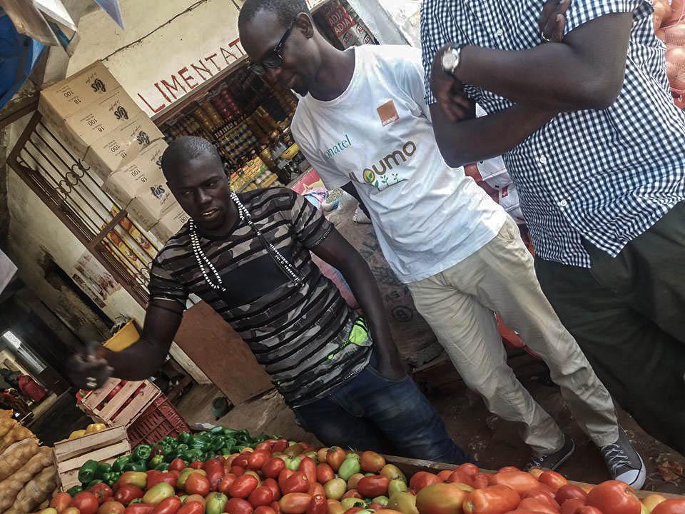 L'équipe de mlouma discute avec les commerçants du marché des légumes