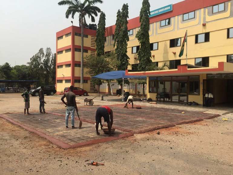 Au Ghana, on fabrique des routes en plastique