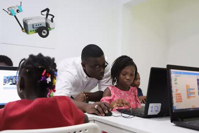 Abidjan, des enfants créent des applications et des robots dès 7 ans