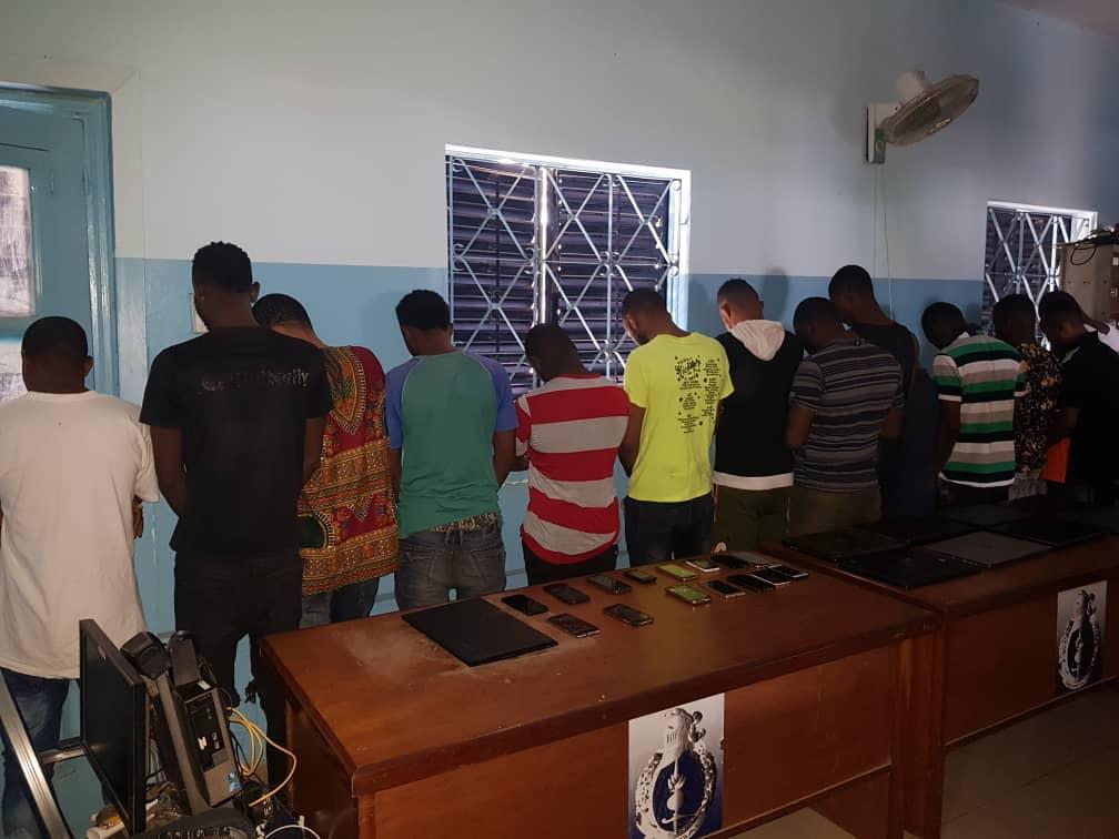 Extorsions de fonds, s37tape, fausses CNI: 17 Nigérians arrêtés pour cybercriminalité