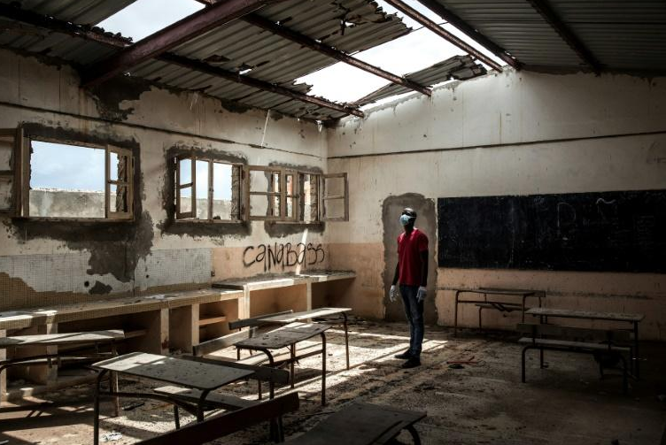 Education- Un instituteur sénégalais mobilise les réseaux sociaux pour réparer lui-même des classes