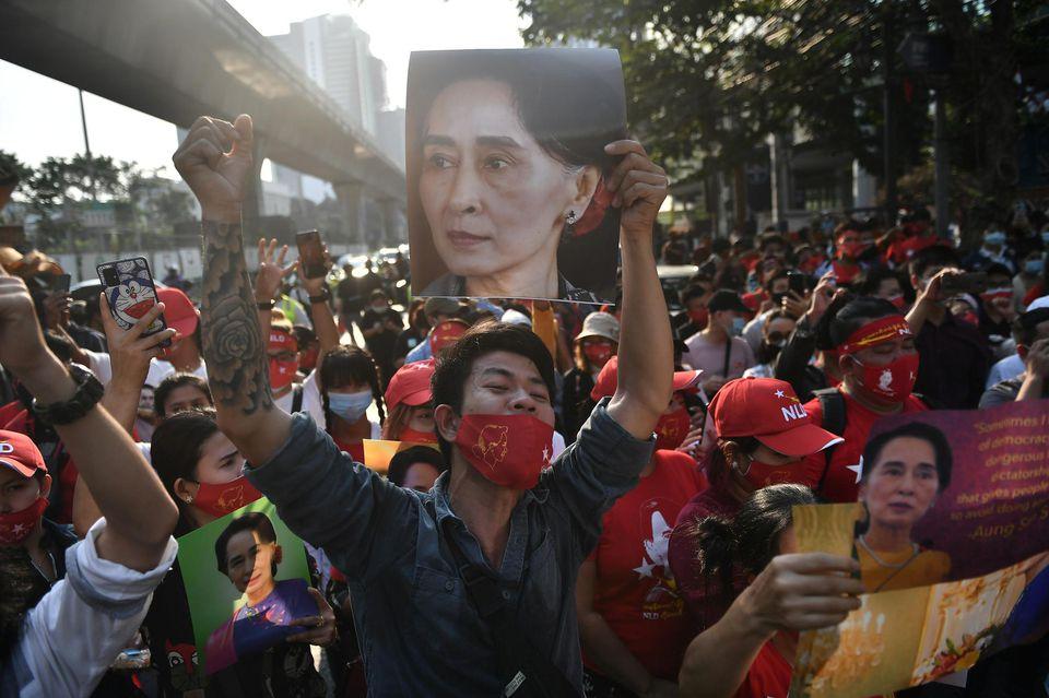 Pour faire taire la contestation en Birmanie, l'armée bloque l'accès aux réseaux sociaux
